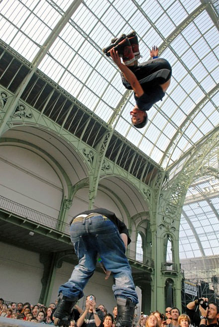 See the media:Rue au Grand Palais, 2006. A skater takes off in the Nave.